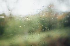 Regentropfen auf dem beweglichen Zugfenster lizenzfreie stockfotos