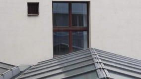 Regentropfen auf dem Dach stock footage