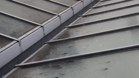 Regentropfen auf dem Dach stock video footage