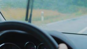 Regentropfen auf dem Fahren des Autovorderfensters, Wischer Regen-abfragend stock footage