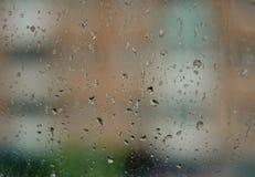 Regentropfen auf dem Fenster Stockfotos