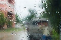 Regentropfen auf dem Fenster stockfotografie