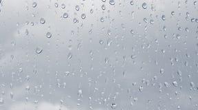 Regentropfen auf dem Fenster Stockfoto
