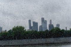 Regentropfen auf dem Fenster mit den Moskau-Stadtskylinen stockfotos