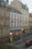 Regentropfen auf dem Fenster Straßenansicht durch das Fenster an einem regnerischen Tag Stockbild