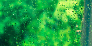 Regentropfen auf dem Fensterglas Fahnenbild Stockfoto