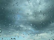 Regentropfen auf dem Glas Stockbild