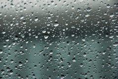 Regentropfen auf dem Glas Lizenzfreies Stockfoto