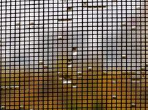 Regentropfen auf dem Moskitonetz nah stockfotos