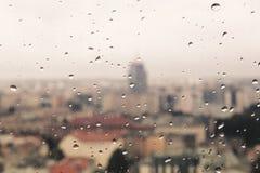 Regentropfen auf dem schmutzigen Glas, hinter dem Glas unscharfen Panorama stockfoto