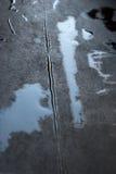 Regentropfen auf dem schwarzen Hintergrund Stockbild
