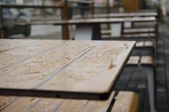 Regentropfen auf dem Tisch Stockbild