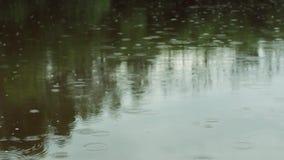 Regentropfen auf dem Wasser Regentropfen fallen Regnerisches Wetter stock footage