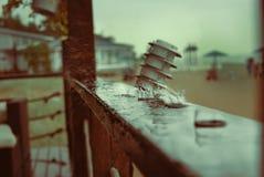 Regentropfen auf der Oberfläche am Strand-Restaurant Abendregen Stockfotografie
