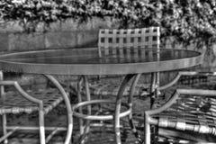 Regentropfen auf der Patiotabelle Stockbild