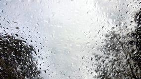 Regentropfen auf der Windschutzscheibe eines Fahrzeugs Lizenzfreie Stockfotografie