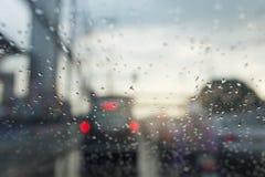 Regentropfen auf einem Autospiegel Stockfotografie