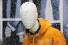 Regentropfen auf einem Fenster Stockbild