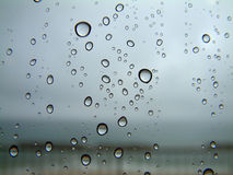 Regentropfen auf einem Fenster Lizenzfreies Stockbild