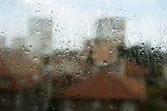 Regentropfen auf einem Fenster Stockbilder