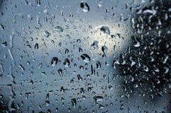 Regentropfen auf einem Fenster lizenzfreie stockbilder