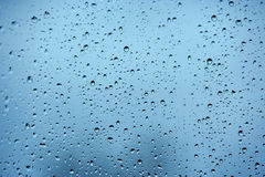 Regentropfen auf einem Fenster während eines Sturms Stockbild