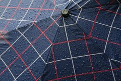 Regentropfen auf einem Marine-Blau-Farbregenschirm stockbild
