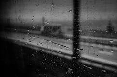 Regentropfen auf einem Zugfenster lizenzfreie stockbilder