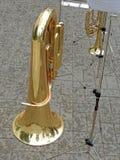 Regentropfen auf einer Tuba Stockfotos