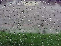 Regentropfen auf Fahrzeugfenster Stockfotos