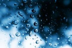 Regentropfen auf Fenster Stockfoto