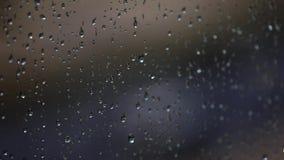 Regentropfen auf Fenster stock video footage