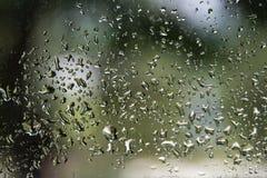 Regentropfen auf Fenster mit bokeh Hintergrund stockfotografie