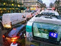 Regentropfen auf Fenster Verkehr in Paris lizenzfreie stockfotos