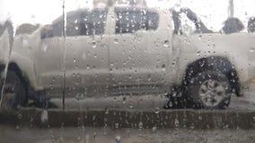Regentropfen auf Fensterglas des Autos lizenzfreie stockfotos