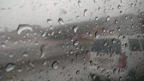 Regentropfen auf Fensterglas des Autos stockbilder