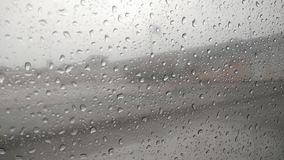 Regentropfen auf Fensterglas des Autos stockfotografie