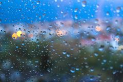 Regentropfen auf Fensterglasoberfläche stockfoto