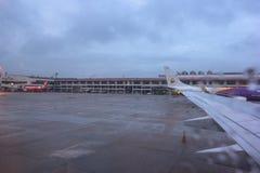Regentropfen auf Flugzeugfenster durch die Rollbahn Lizenzfreies Stockfoto