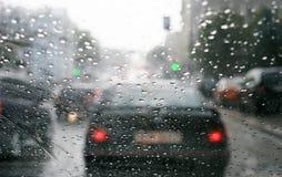 Regentropfen auf Frontscheibe stockfotos