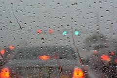 Regentropfen auf Frontscheibe Stockfotografie