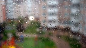 Regentropfen auf Glas stock video footage