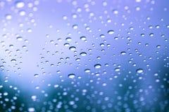 Regentropfen auf Glas Stockbild