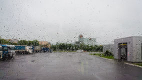 Regentropfen auf Glas lizenzfreies stockfoto