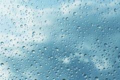 Regentropfen auf Glas Stockfoto