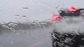 Regentropfen auf Glas stock footage