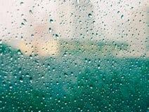 Regentropfen auf Glas (Regentropfen, Unschärfe, Regen) Lizenzfreie Stockfotografie