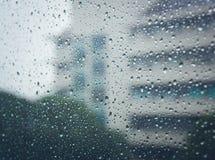 Regentropfen auf Glas u. x28; Regentropfen, Unschärfe, rain& x29; Lizenzfreie Stockfotos
