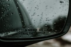 Regentropfen auf meinem Rückspiegel lizenzfreie stockfotografie