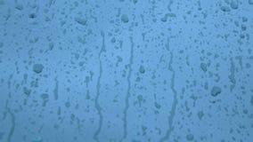Regentropfen auf Metall stock video